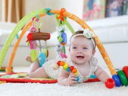 bimba che gioca con palestrina prima infanzia