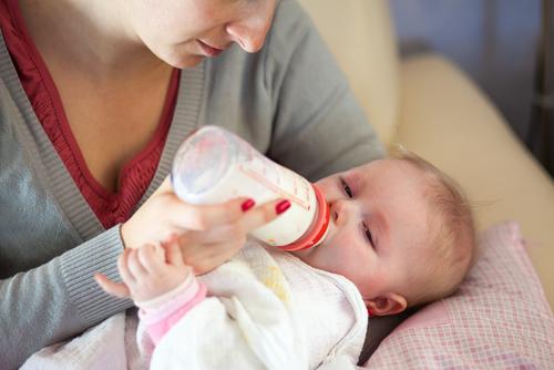 Per il neonato fa male bere il latte artificiale?